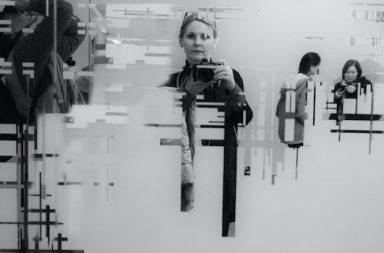 Frau Selfie verzerrt Kamera grau