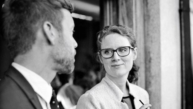 Frau mit Brille und Mann tauschen Blicke aus