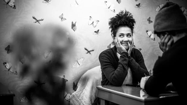 Frau Mann Tisch Schmetterlinge fliegen