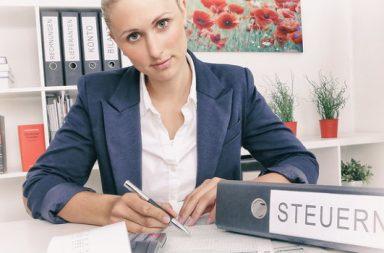 blonde Frau mit Steuernordner