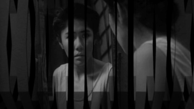 Frau blickt in Spiegel