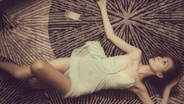 Frau lasziv auf dem Teppich