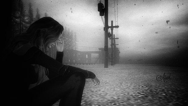 Frau traurig abends auf Straße
