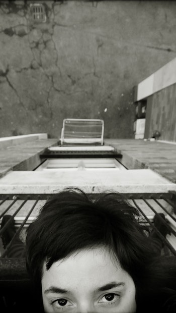 Frauengesicht Balkon vor Abgrund