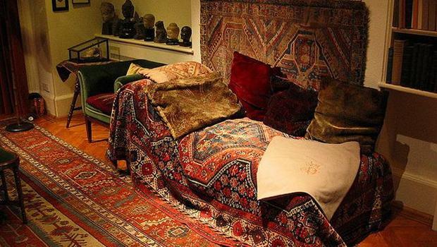 Couch mit orientalischen Teppichen