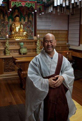 fröhlicher Mönch von Buddhaschrein