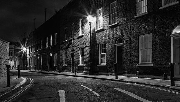 Straße mit Gaslaterne schwarz weiß