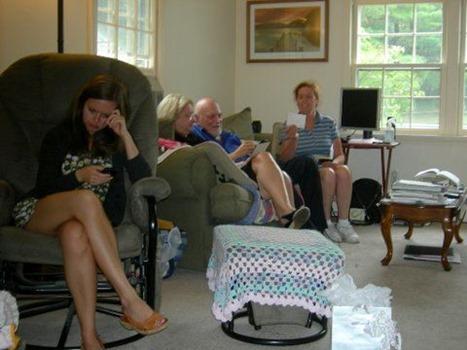 Junges Mädchen sitzt abseits bei Familientreff