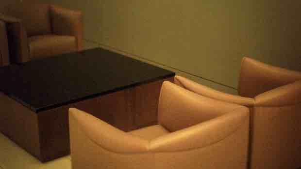 Gelbe Sessel um Tisch