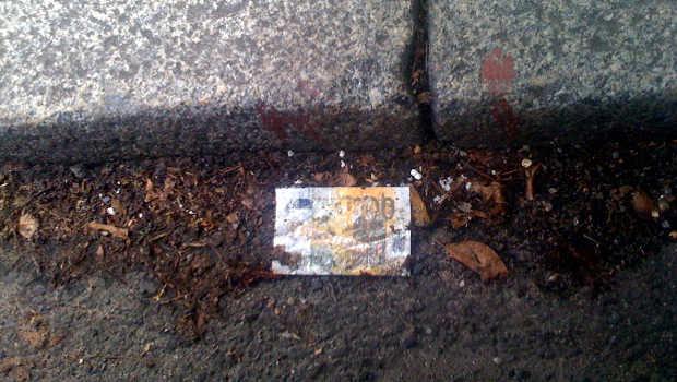 Geldschein im Dreck, Bordstein