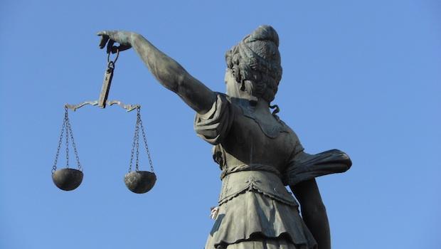 Statue mit Waagschalen der Gerechtigkeit