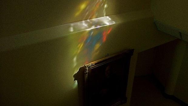 Lichterscheinung an Kirchenwand