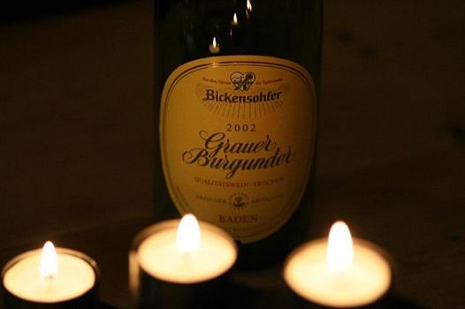 Flasche Wein und drei Kerzen