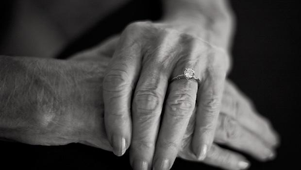 Haende aeltere Frau Ring