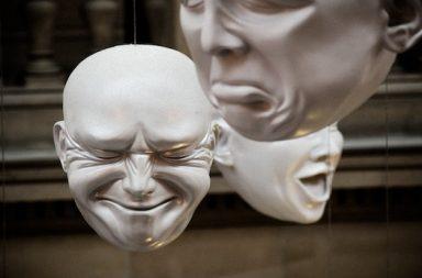 hängende Masken mit Emotionen
