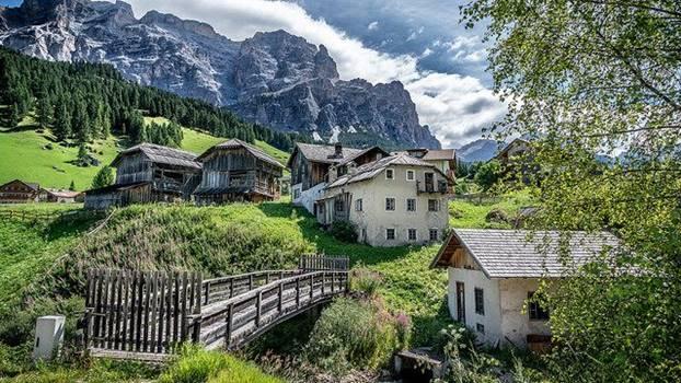 Häuser vor Bergen