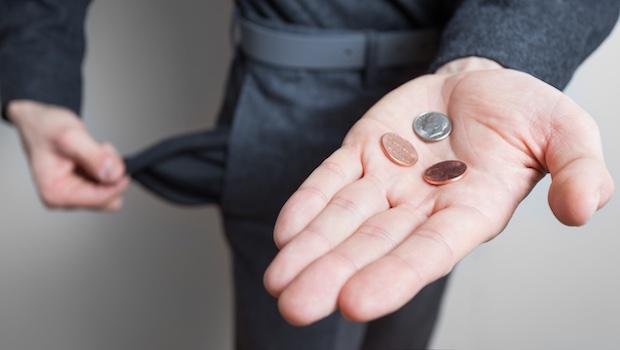 Hand mit Münzen leere Hosentasche