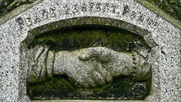 Handschlag auf Steinrelief