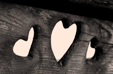Herzen in Holzbank