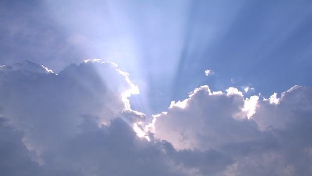 Himmel mit Sonnenstrahlen hinter Wolken