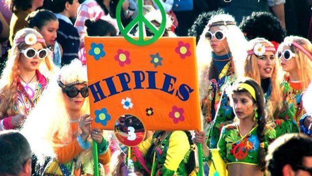 Hippie Schild orange, Blumen, langhaarige Frauen mit Brillen