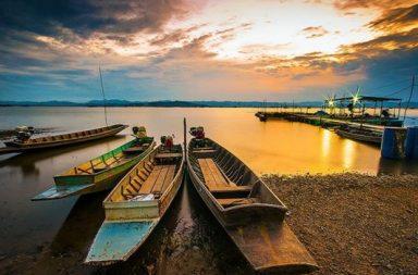 Holzboote am See in der Dämmerung