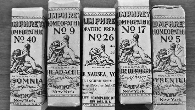 fünf alte Pappschachteln mit Medizin in schwarzweiß