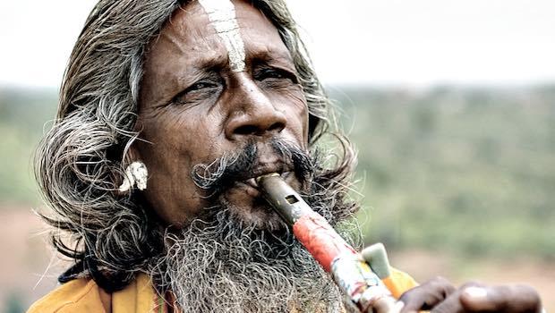 Ureinwohner Indianer mit Flöte