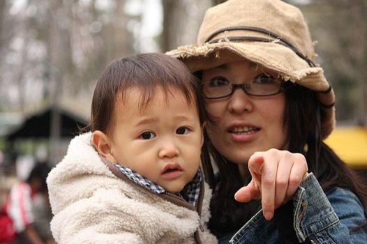 japanische Mutter mit Kind auf Arm