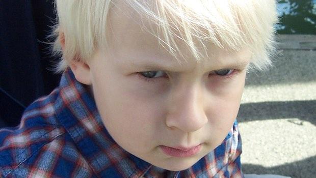 blonder Junge wütend