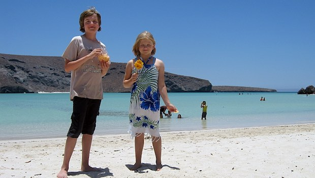 Mädchen Junge Strand Meer Blume
