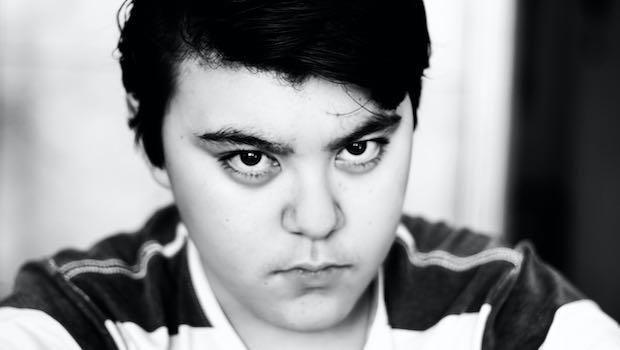 Junge verärgert Schwarz-Weiß-Bild