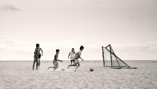 Jungen am Strand Fußball