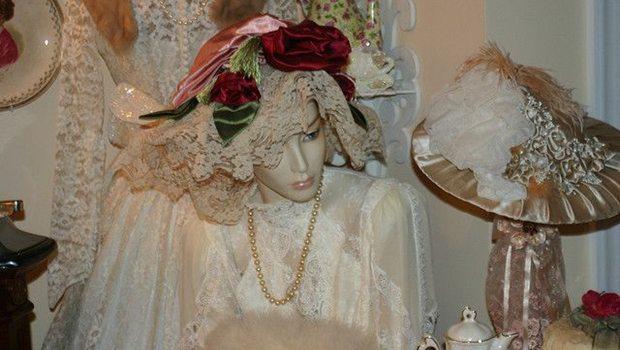 Puppe mit Luxusartikeln