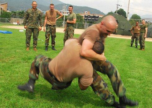 zwei kämpfende Männer im Armylook