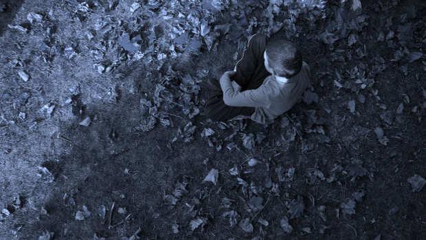 Kind allein unter Baum