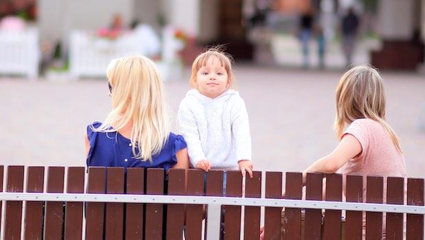 Kind auf Bank mit zwei Frauen