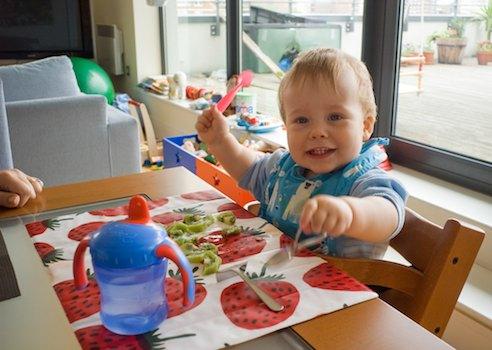Kind isst Kiwi