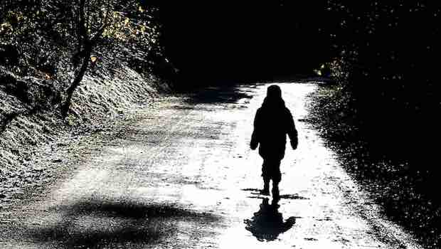 Kind Straße Schatten Bäume