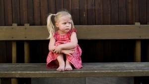 trotziges Kind auf Parkbank