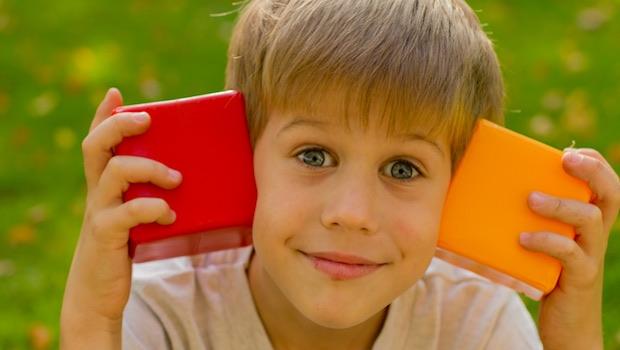 Junge mit Würfel rot orange