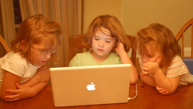 Kinder am Tisch mit Laptop