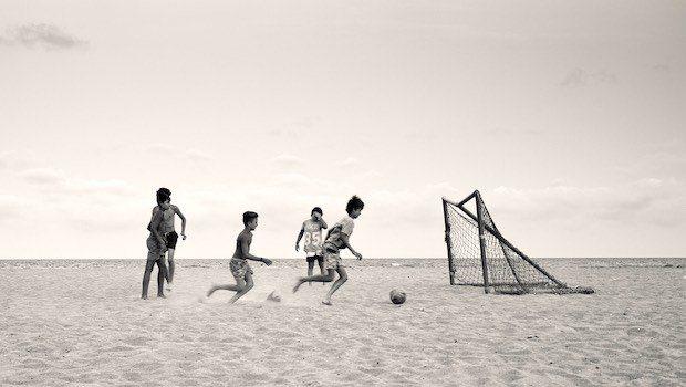 Kinder am Strand Fußball