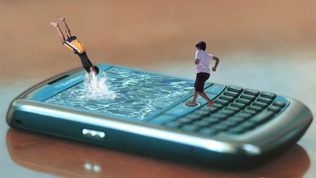 Kinder tauchen in Handy