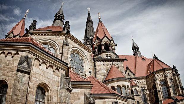 Kirchendächer vor schleierwolken Himmel