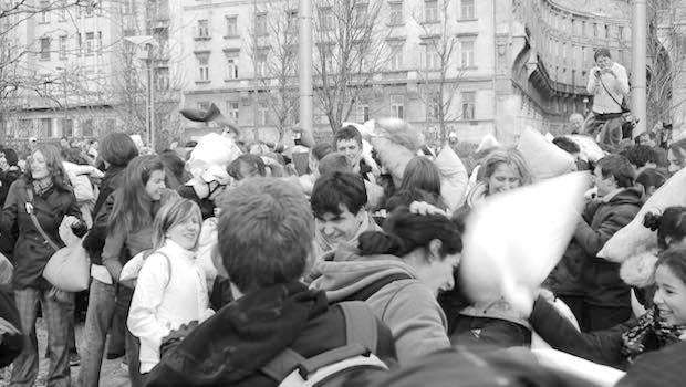 Kissenschlacht in der Menschenmenge