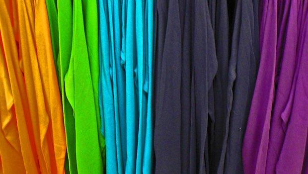 T-Shirts farblich sortiert