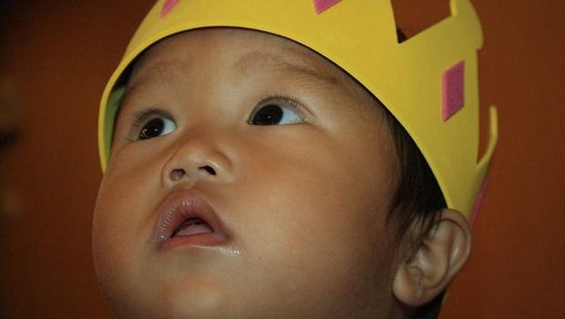 Kleiner Junge mit Krone