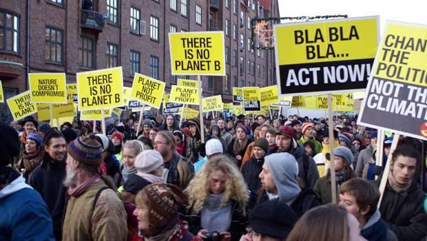 Demonstranten mit gelben Schildern