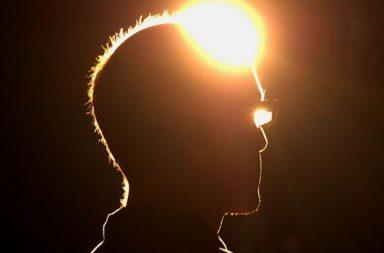 Kopf mit Licht an der Stirn